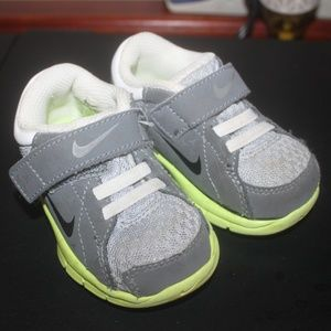 NIKE GRAY WHITE LIME GREEN BABY SHOES VELCRO  4 C